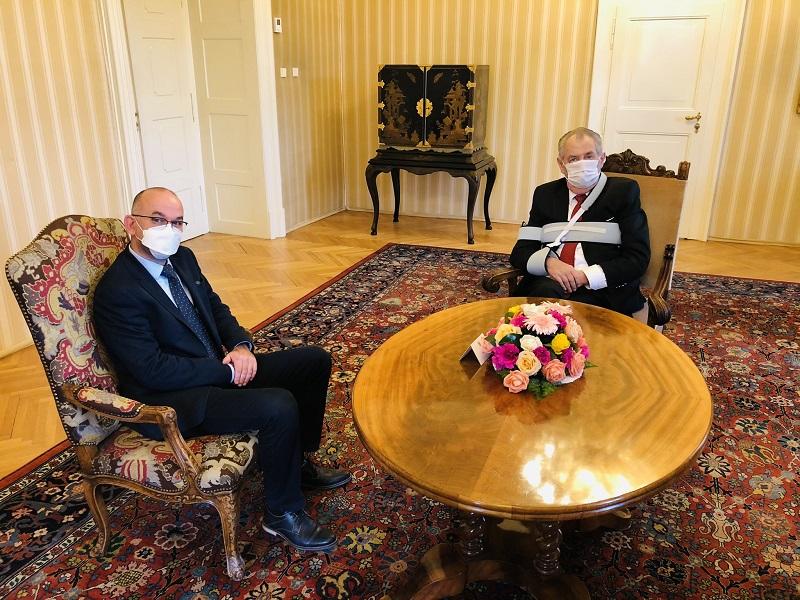 △27日捷克总统泽曼会见布拉特尼(左)(图片来源:总统说话人奥夫恰切克外交媒体账户)