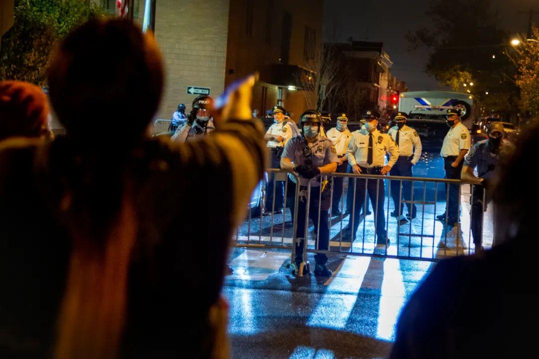 10月26日,在美国费城,示威者与警察对峙。新华社/美联