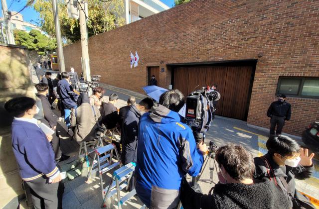 29日上午,大批记者在李明博家门口期待。(韩联社)
