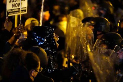 10月27日,在美国费城,示威者与警察对峙。新华社/美联