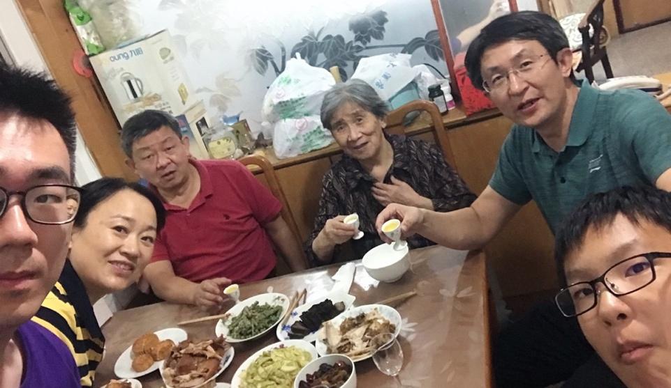 △10月1日,留学生李天力(左一)在老家淄博的亲戚家中与亲人一起吃晚饭,共度中秋