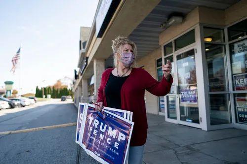 10月23日,在美国宾夕法尼亚州约克县共和党县党办,63岁的发廊老板娘琳迪批准采访。新华社记者 刘杰 摄