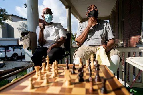 10月23日,在美国宾夕法尼亚州的玛丽埃塔镇,69岁的拉西姆·萨武尔(左)和57岁的路易斯·达基批准采访。新华社记者 刘杰 摄