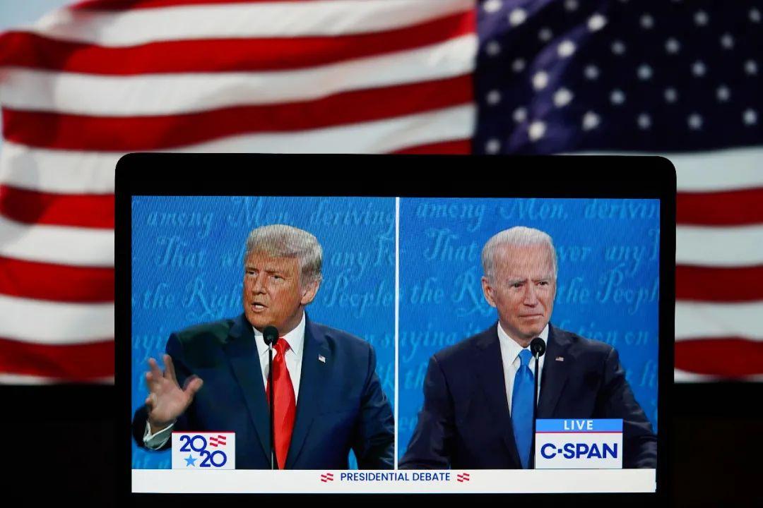 这张10月22日在美国弗吉尼亚州阿灵顿拍摄的视频画面表现,美国总统特朗普(左)与民主党总统候选人拜登在田纳西州纳什维尔市参添末了一场总统候选人电视申辩。新华社记者 刘杰 摄