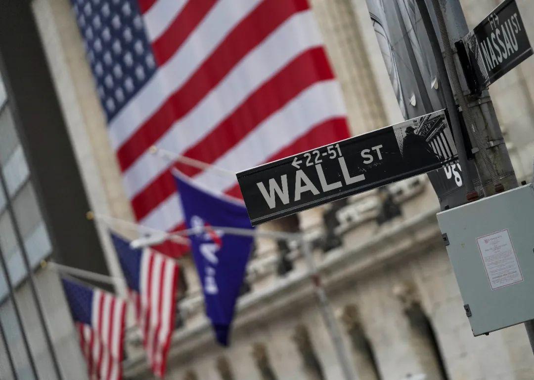 这是10月30日拍摄的美国纽约证券营业所旁的华尔街路牌。新华社记者 王迎 摄
