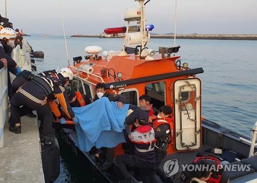 韩国一艘渔船撞上大桥桥墩,致3死19伤
