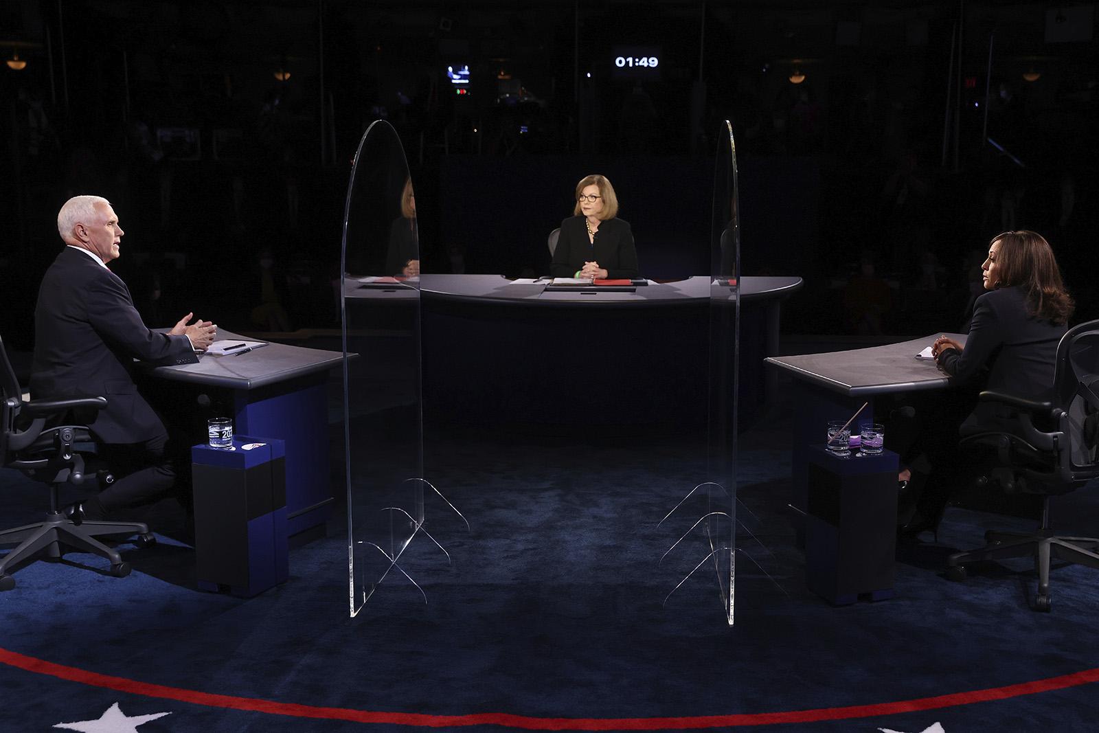 美副总统候选人隔3.6米辩论:不戴口罩 大玻璃板隔开