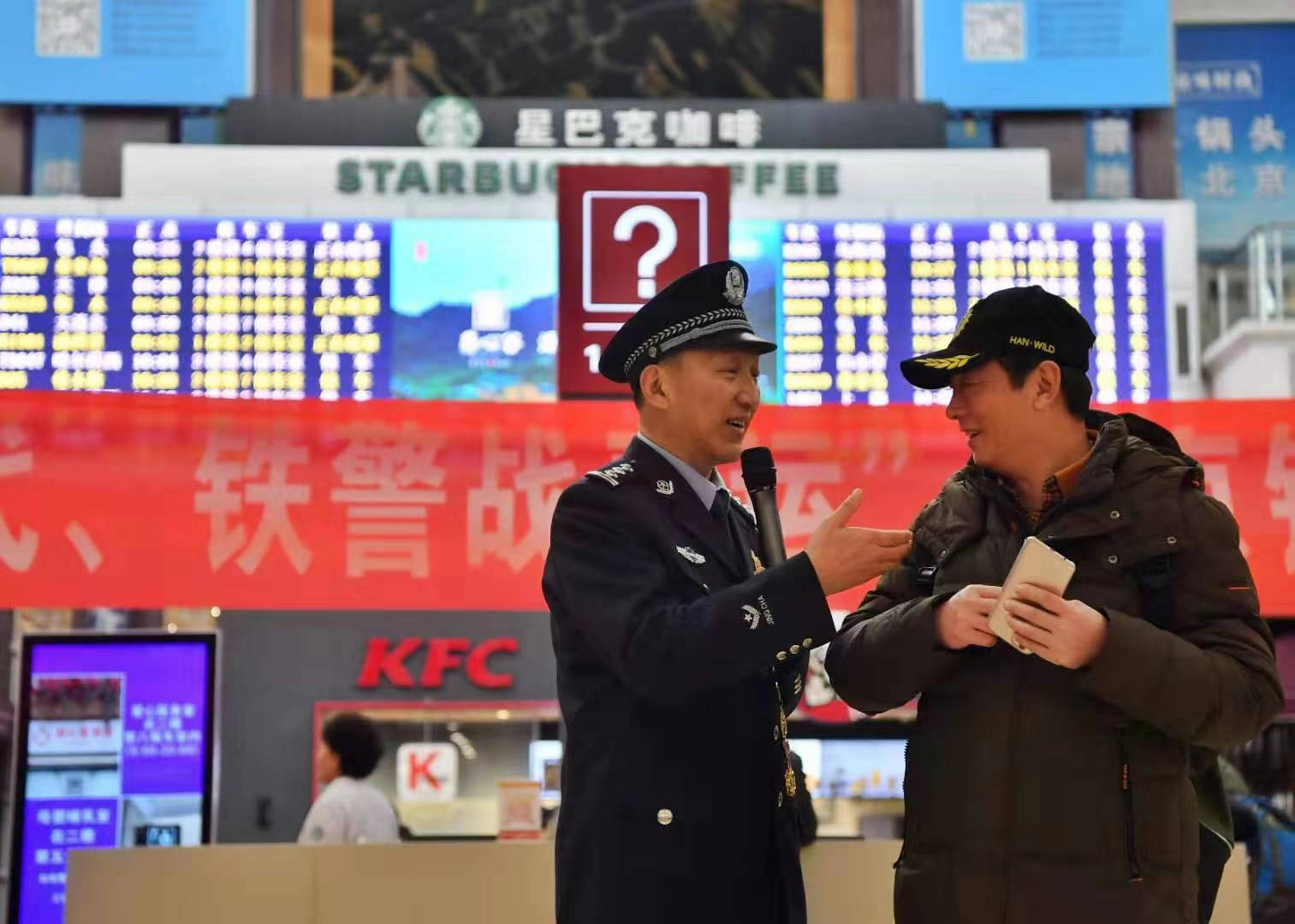 民警王志平现场演示反扒知识。新京报记者 李木易 摄