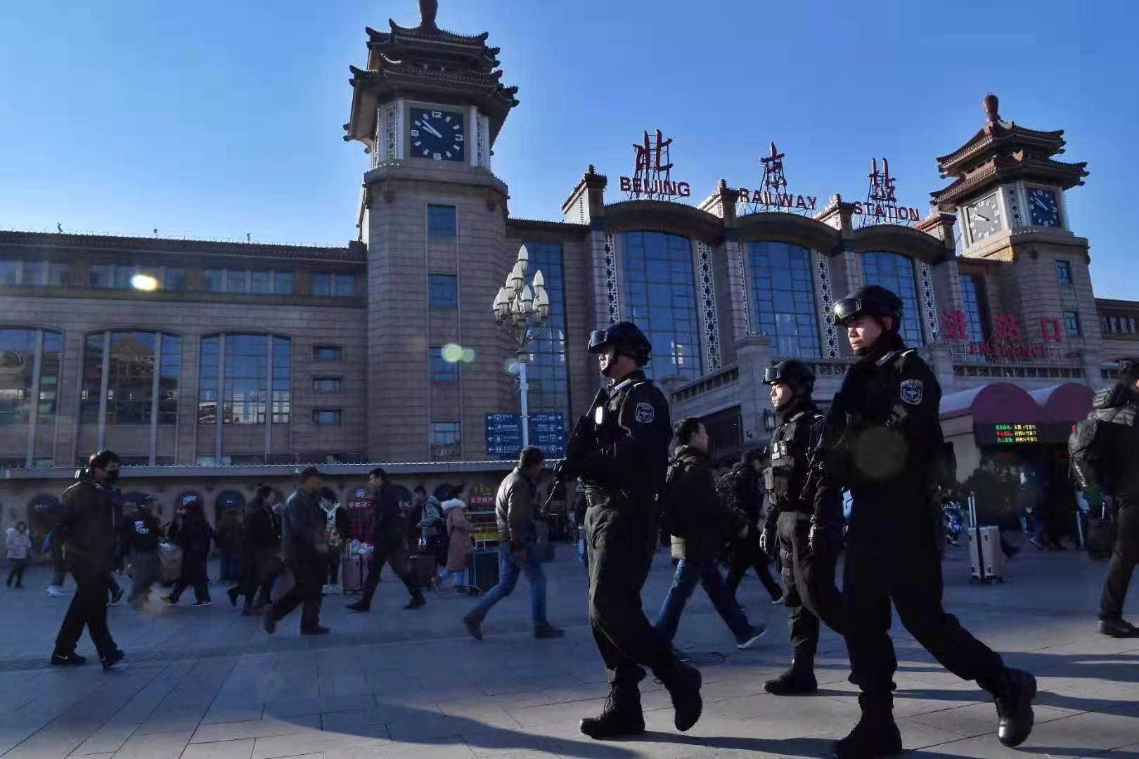 北京站广场上武警巡逻。新京报记者 李木易 摄