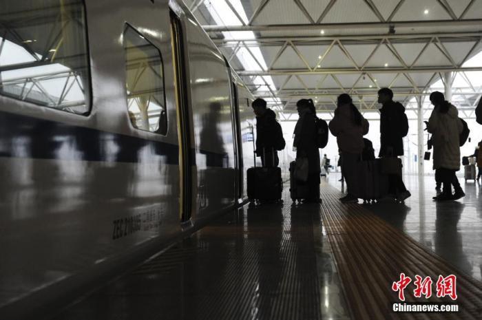 资料图:图为旅客准备乘坐列车。 张娅子 摄