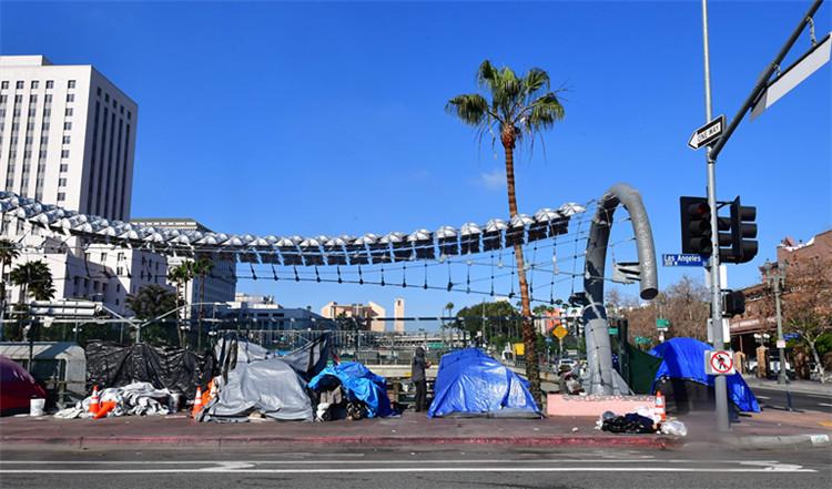 ▲1月8日,在美国添利福尼亚州洛杉矶,无家可归者的帐篷占有街头一角|新华社
