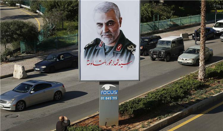 ▲1月6日,在黎巴嫩贝鲁特,别名外子向苏莱曼尼的肖像敬礼| 新华社