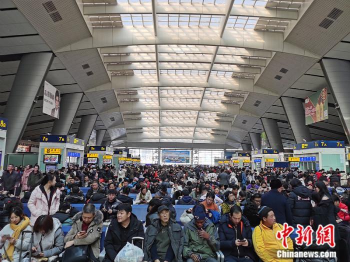 1月10日鬼谷子论坛,北京南站的候车厅内鬼谷子论坛,旅客在等候乘车。 中新网记者 张尼 摄