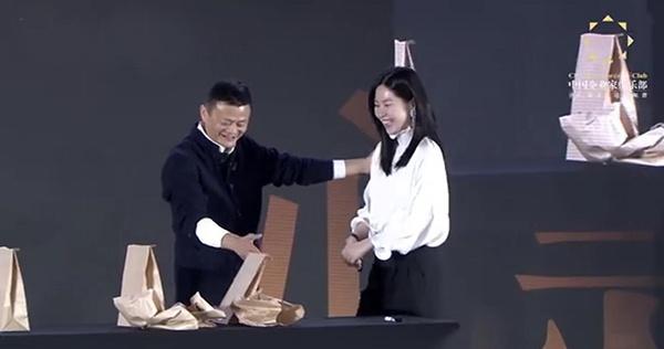 中国企业家俱乐部主席马云现场表演魔术《心灵骇客》。视频截图
