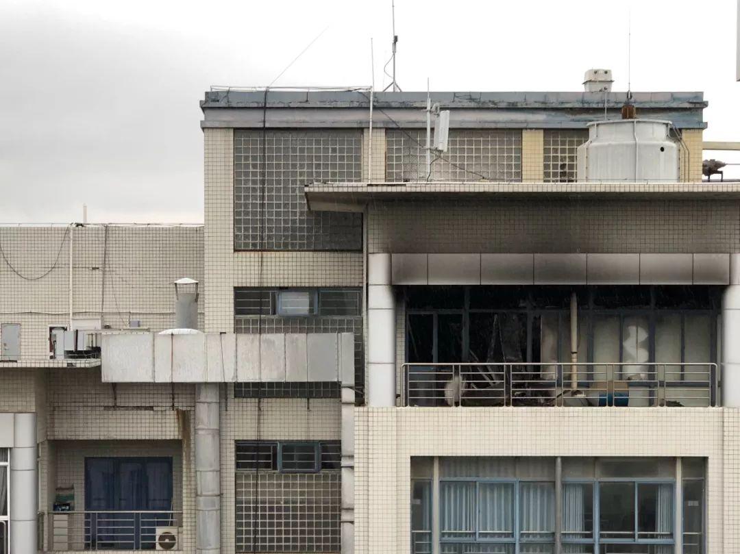 张宏梅的学生谭某2019年12月26日凌晨在实验室意外死亡,当夜发生火灾的实验室外现仍有明显痕迹。拍摄者/李想俣