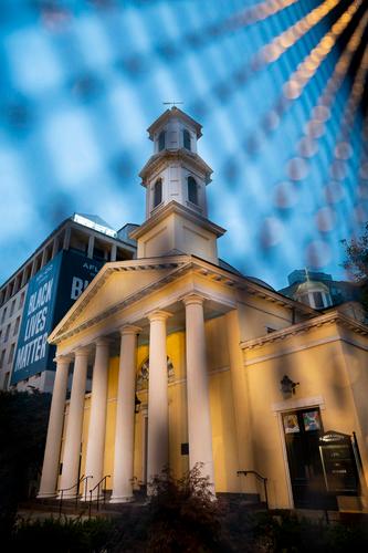 """10月31日,在美国华盛顿,白宫附近的圣约翰圣公会教堂(俗称""""总统教堂"""")前竖立了阻隔围栏。新华社记者刘杰摄"""