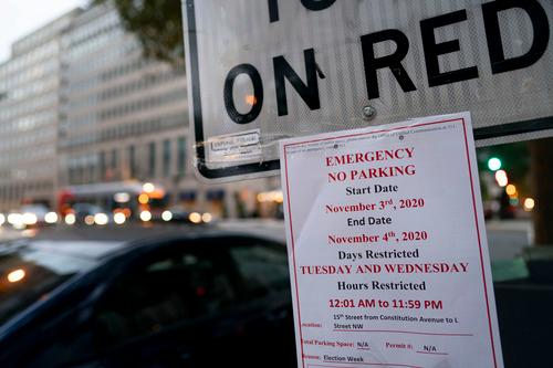 10月31日,美国华盛顿,白宫附近一处交通指使牌上贴着知照照顾,请求选举日不准在当地停车。新华社记者刘杰摄