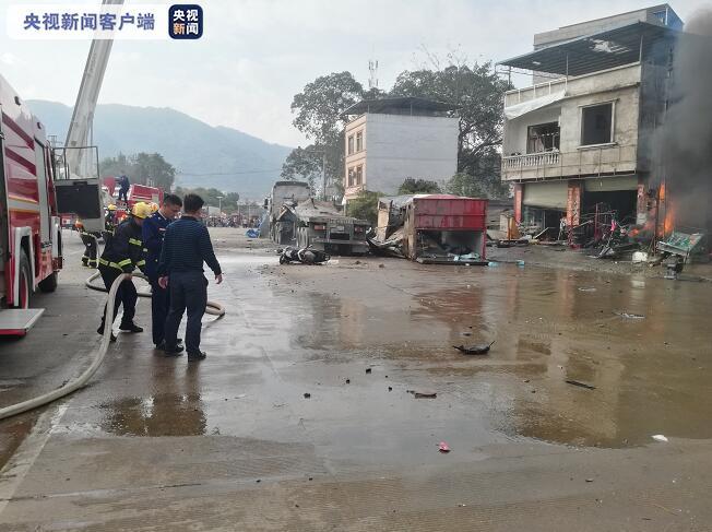 广西凭祥一大货车发生爆炸 致2死4伤