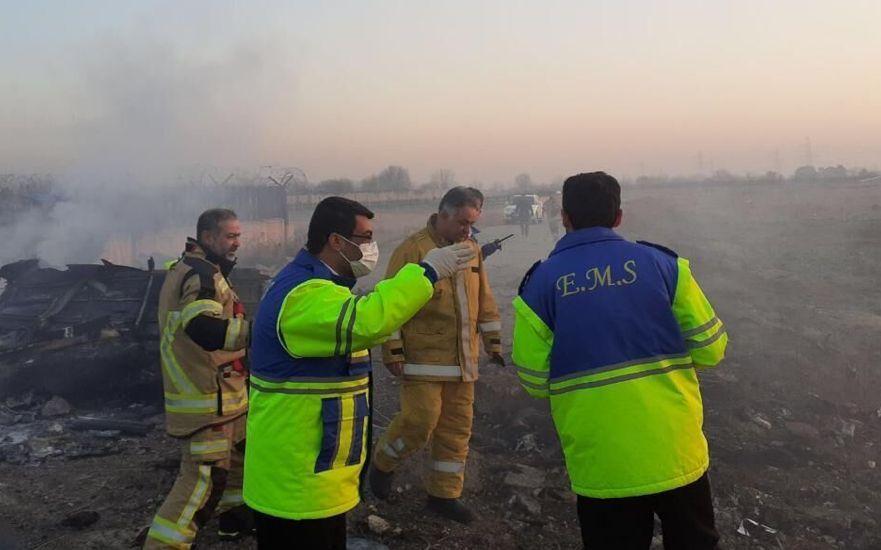 ▲声援人员在乌克兰客机坠毁现场声援。图片来源:新京报网