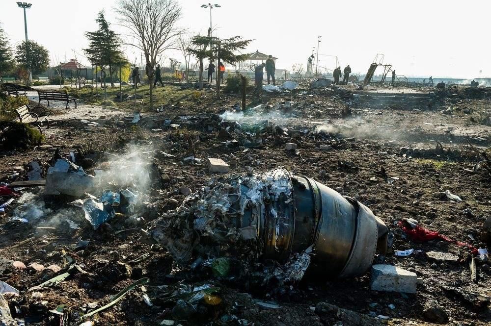 ▲1月8日,就在伊朗导弹攻击伊拉克美军基地后,乌克兰国际航空PS752航班从德黑兰首飞不久即坠毁,机上176人一切遇难。图片来源:新京报网