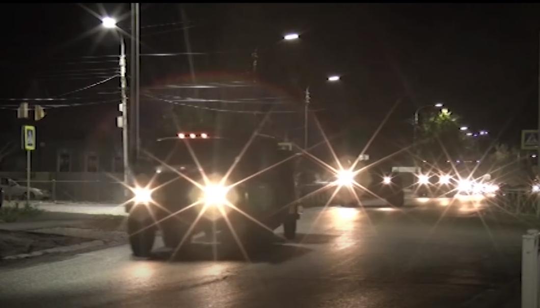 俄军维和部队在夜晚走进,前去纳卡接触线。