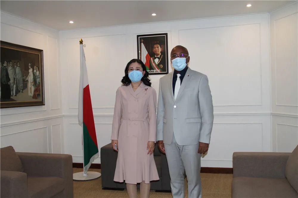 新任驻马达加斯加大使向马外长贾科巴递交国书副本