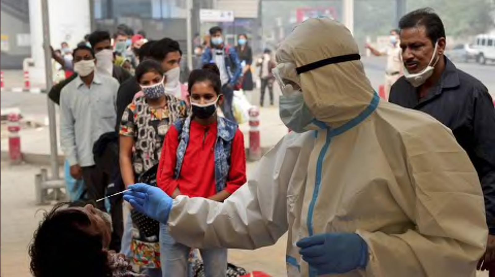 新德里的一处核酸检测点(图片来源:《印度斯坦报》)