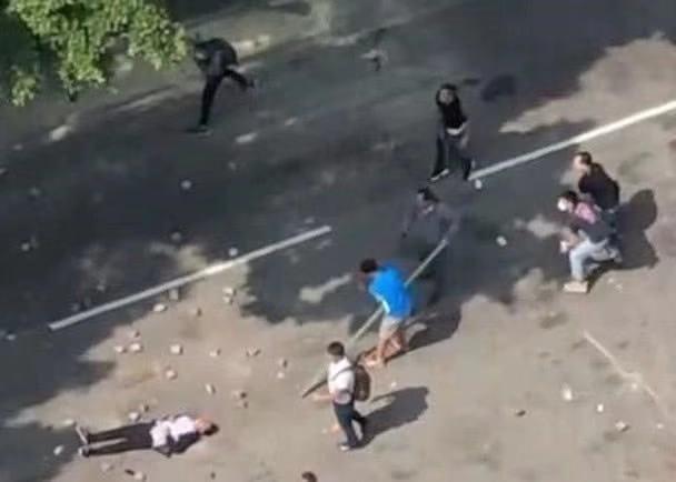 事发当日多名暴徒在上水扔砖,清洁工罗伯被扔中倒地