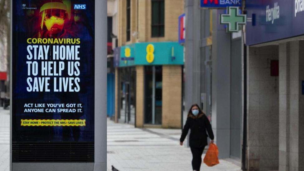 △英国街头一张居家防疫的宣传海报 ( 图片来源:天空消息频道)