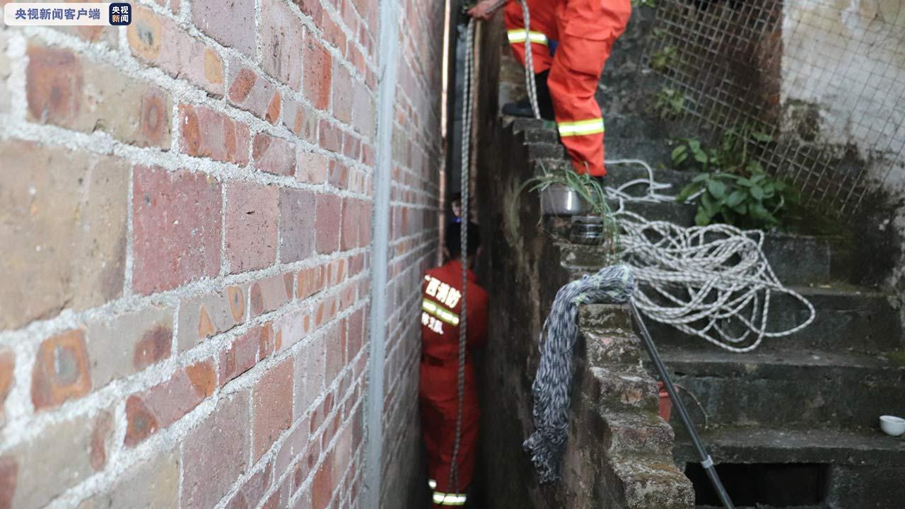 广西玉林:老人被卡20厘米墙缝间 消防员巧妙营救