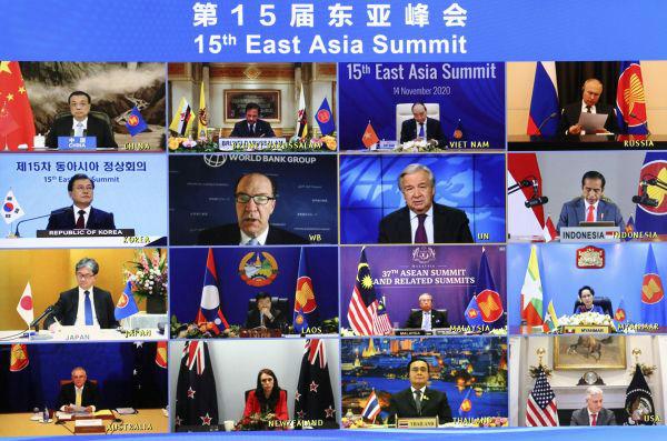 11月14日晚,国务院总理李克强在北京人民大会堂出席第15届东亚峰会。会议以视频形态举走。 新华社