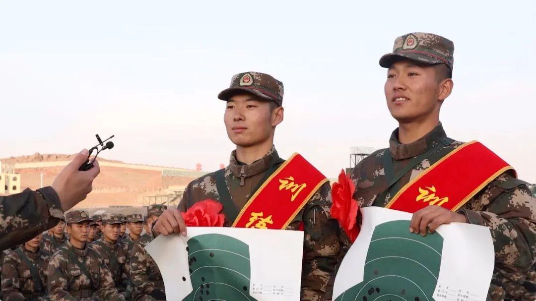 ▲ 右一:新兵李晓义