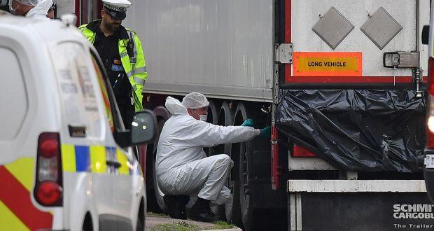 2019年10月23日,英国警方取证人员在伦敦东部格雷斯一工业园的卡车上取证,车厢内发现39具尸体。图:Getty