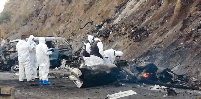 △11月16日工作人员调查爆炸事故残骸