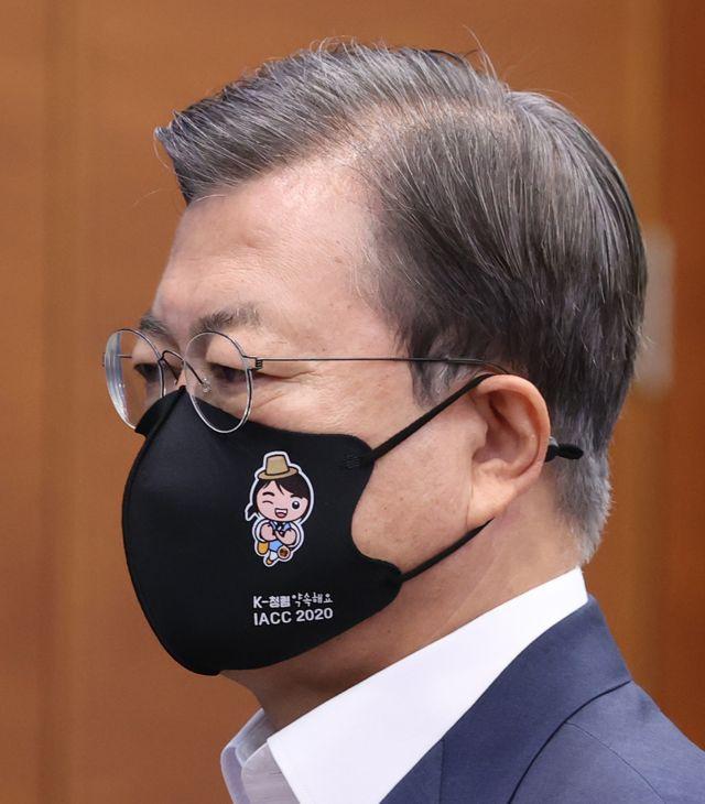 文在寅17日戴卡通口罩出席会议(韩联社)