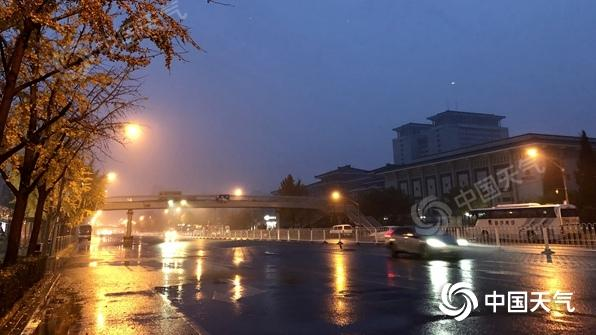 △今晨,北京展现降雨,地面湿滑,能见度较矮。