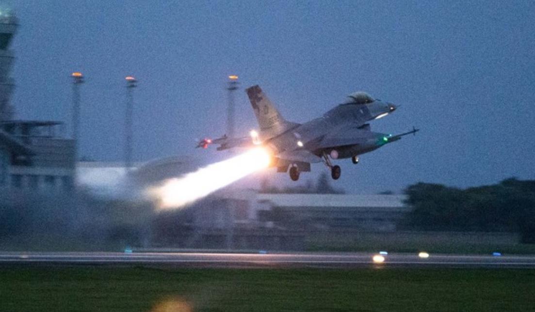 台湾F-16战斗机在夜幕下首飞