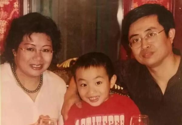 潘翌昕5岁时和爸妈的合影 本文图片均为受访者提供