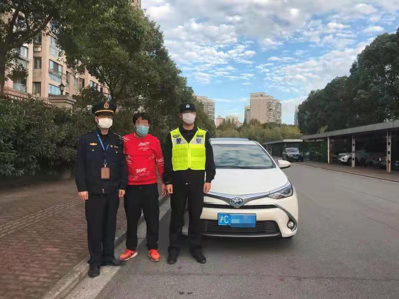 作恶网约车驾驶员李某(左二)上海市交通委执法总队 供图