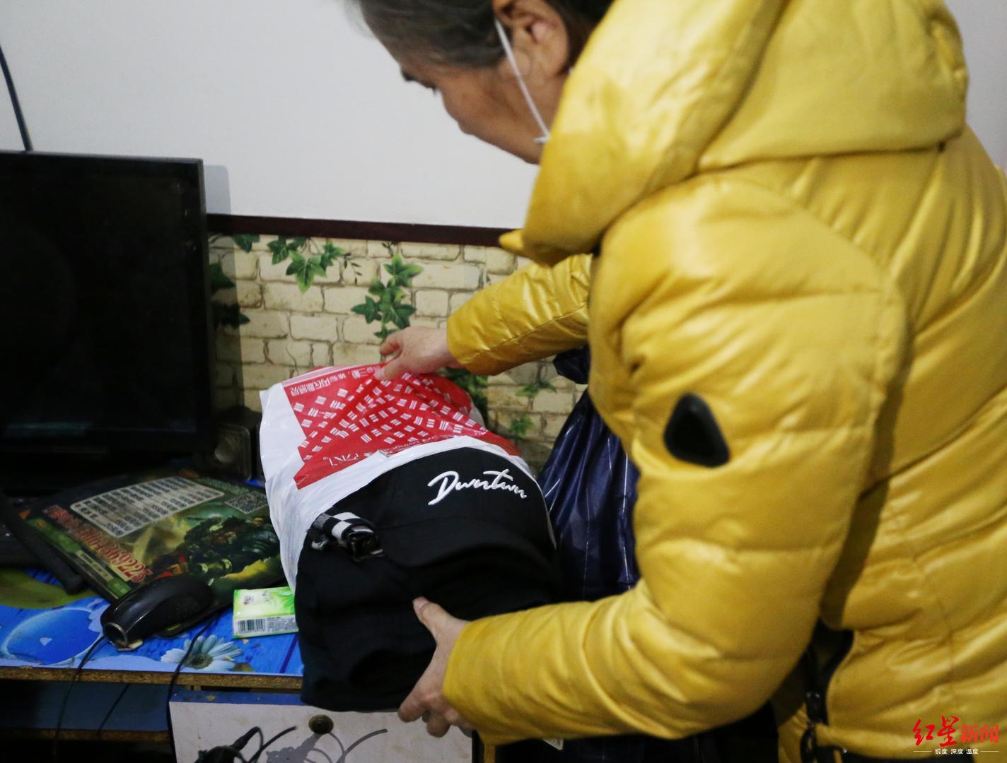 ↑马玉萍给儿子准备好了新衣服