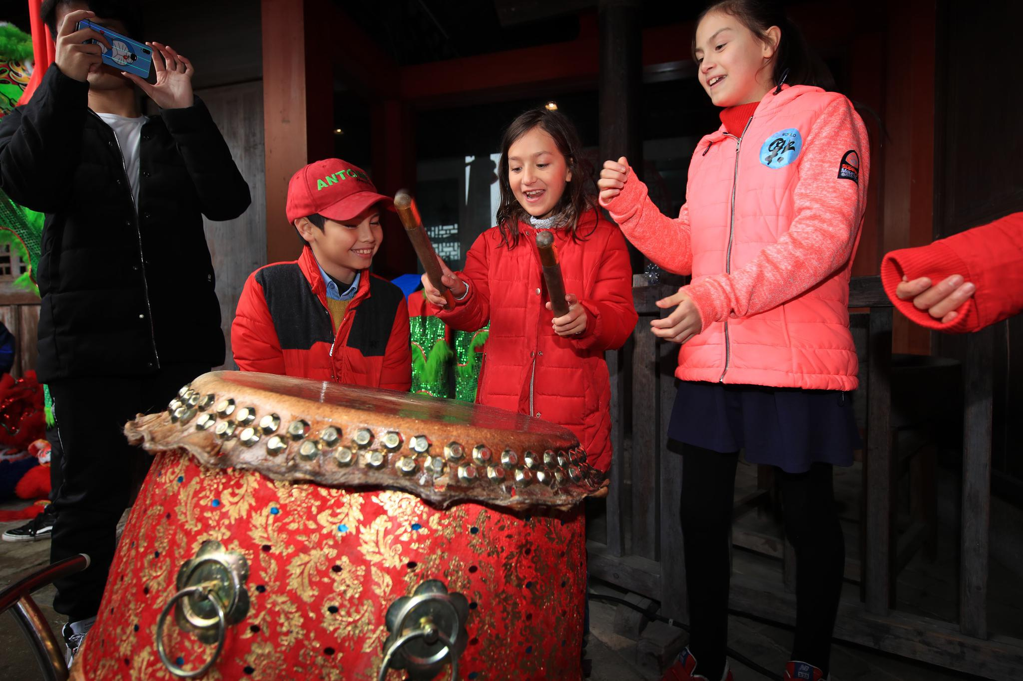 浙江宁波:外国友人体验中国年俗