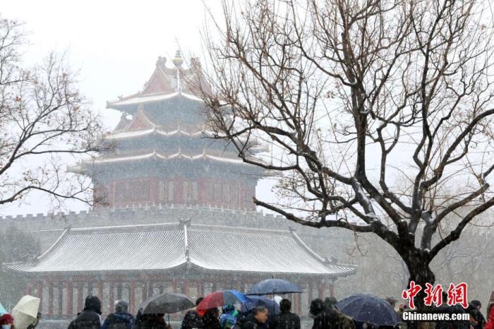 资料图:游客在北京故宫角楼欣赏雪景。 中新社记者 蒋启明 摄