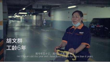 胡文群,上海金谊河畔保洁主管,独立承担3000平米的地库清洁工作。