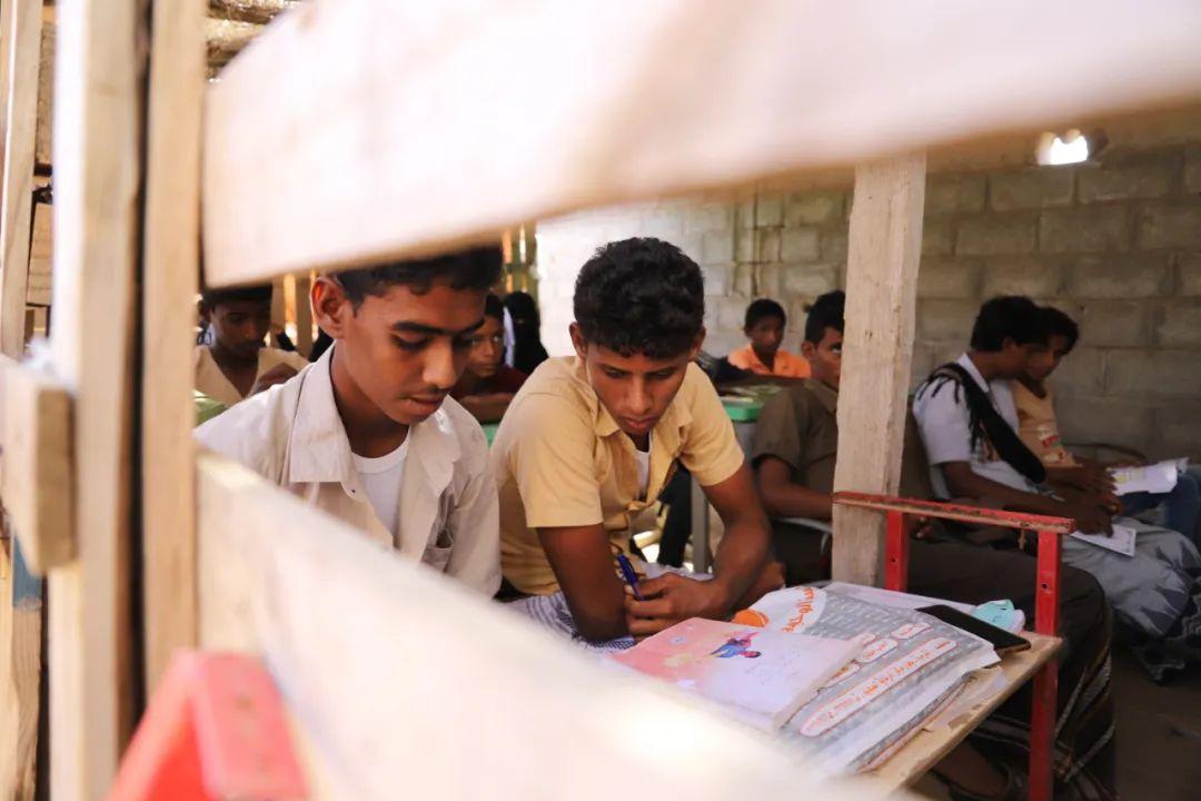▲11月11日,也门哈杰省米迪区,学生们在草棚里学习。(穆罕默德·阿尔瓦菲摄)