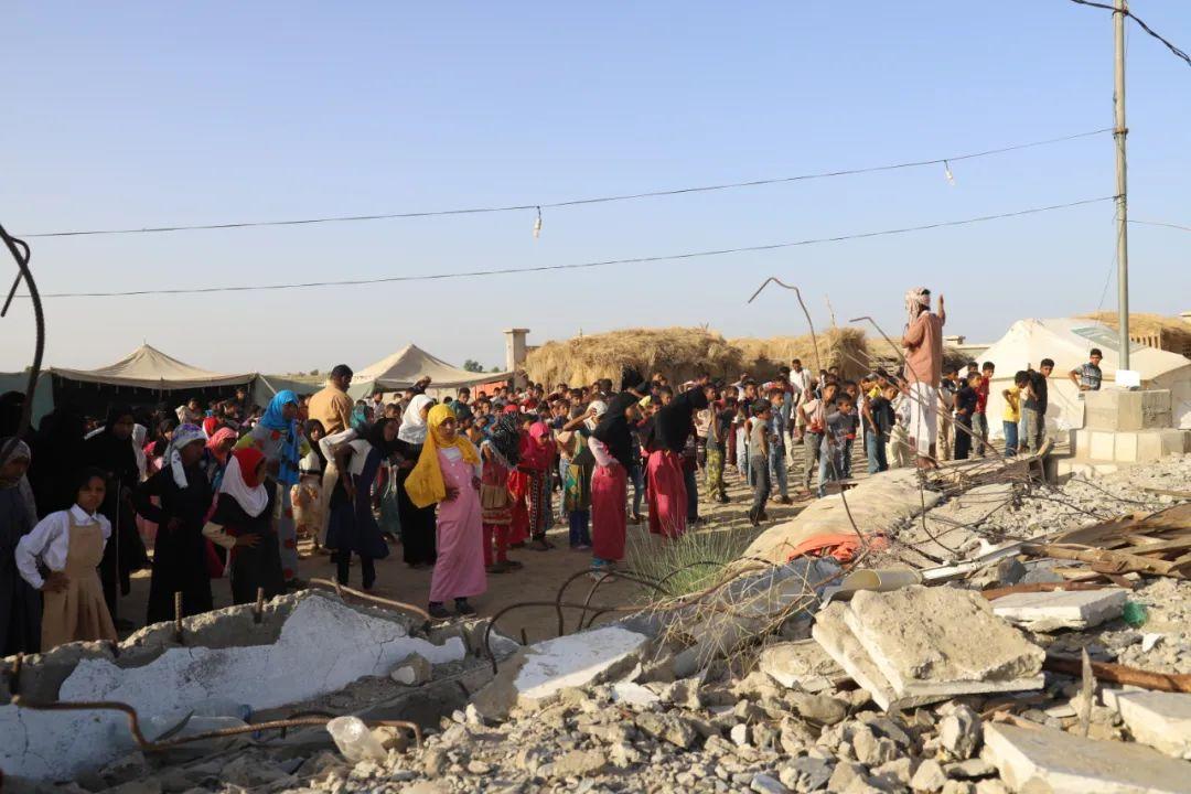 ▲11月11日,也门哈杰省米迪区,学生们在被毁学校的瓦砾中做早操。(穆罕默德·阿尔瓦菲摄)