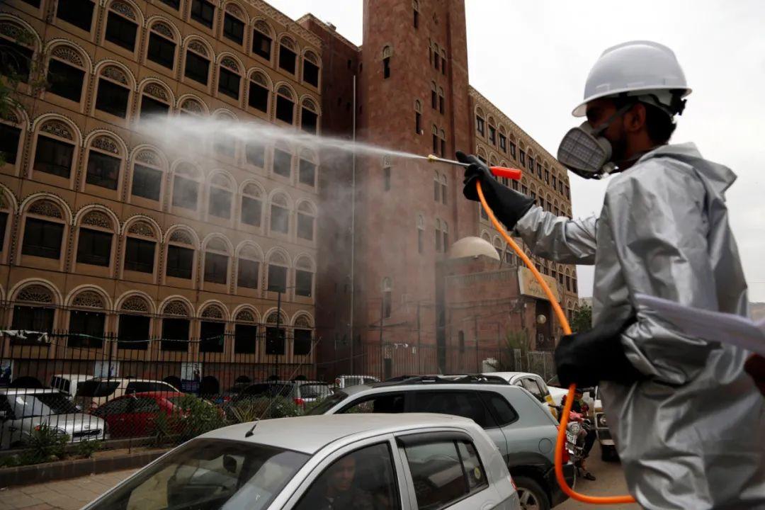 ▲4月28日,一名工作人员在也门首都萨那开展消杀作业。新华社发(穆罕默德·穆罕默德摄)