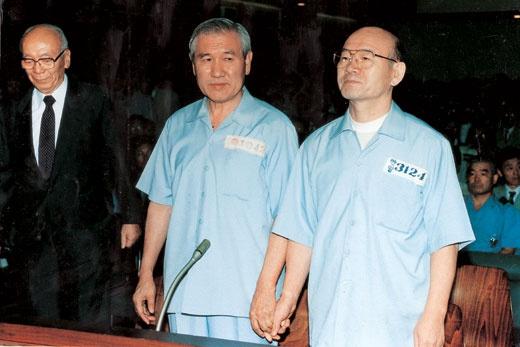 20众年前,全斗焕(右)和韩国前总统卢泰愚并肩受审。