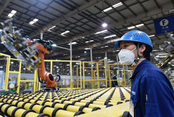 世界主要玻璃生产商福耀玻璃工业集团在福建省福清市的一个生产车间。(资料图片)