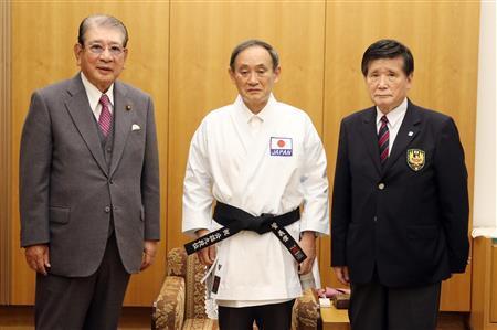 ▲菅义伟(中)与笹川尧(左一)等人合影留念 图源:日媒
