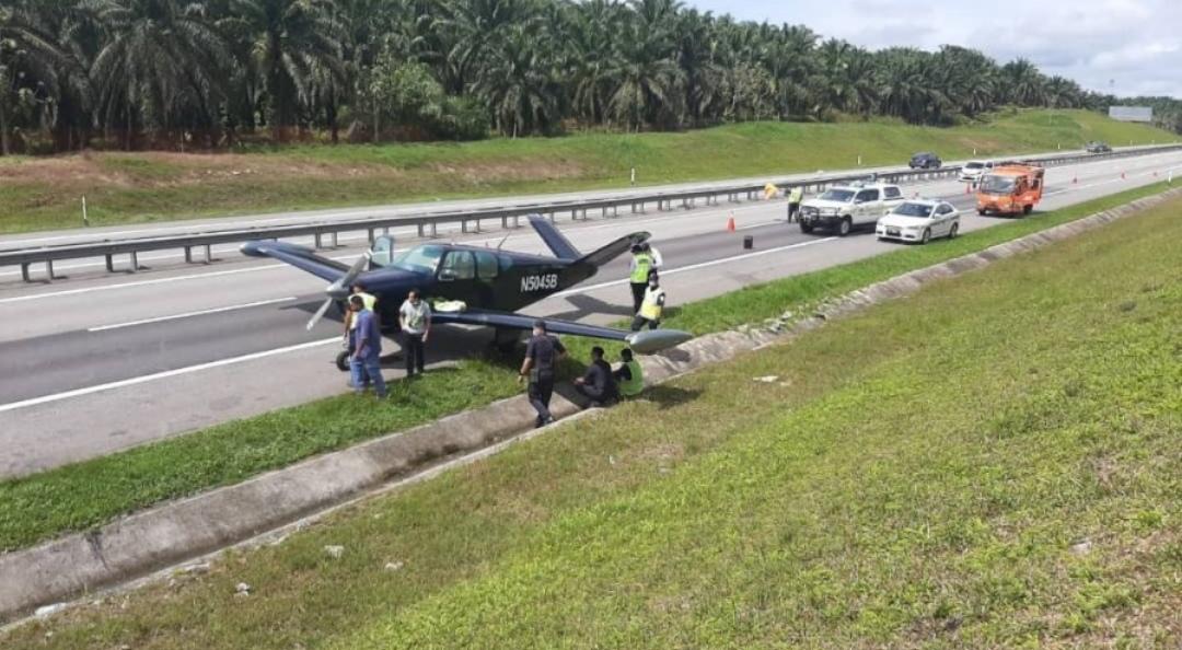 因技术原因 马来西亚一飞机在高速公路上紧急迫降